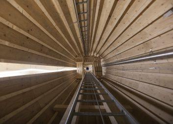 Sveriges första vindkraftstorn i trä har rests