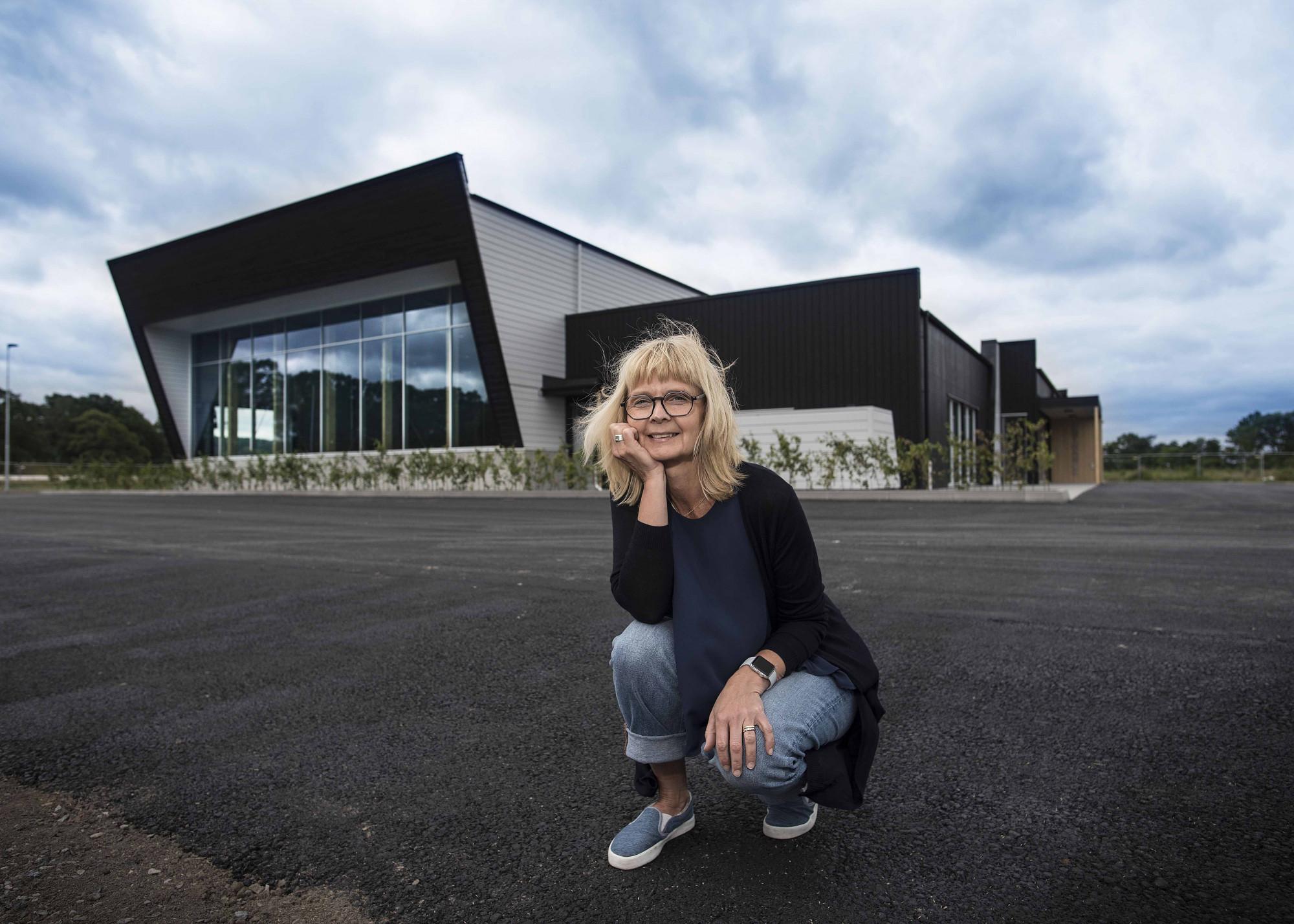 Maria Ström framför textilsorteringsanläggningen i Vargön.